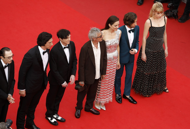 epa09326519 (L-R) Ron Mael, Adam Driver, Russell Mael, director Leos Carax, Marion Cotillard, Simon Helberg, and Angele arrive for the screening of 'Annette' and the Opening Ceremony of the 74th annual Cannes Film Festival, in Cannes, France, 06 July 2021. Presented in competition, the movie opens the festival which runs from 06 to 17 July. EPA/SEBASTIEN NOGIER / POOL Dostawca: PAP/EPA.