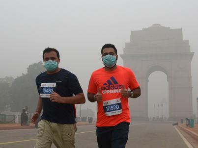 """Uczestnicy prozdrowotnego biegu """"Run Delhi Run"""" 6 listopada 2016 r. musieli założyć na twarz maseczki z powodu zanieczyszczenia powietrza"""