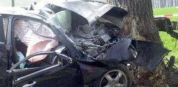 Rozpędzony hyundai wbił się drzewo. Są dwie ofiary
