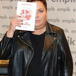 Dorota Wellman zasłania się książką