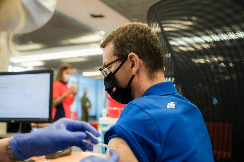 Mateusz Morawiecki podczas szczepienia