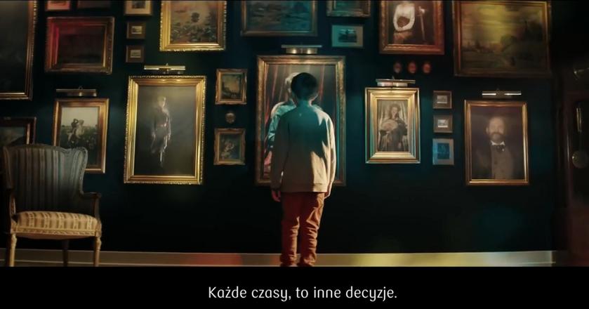 """Kadr ze spotu reklamowego """"Kluczowe decyzje"""" PKO BP w reżyserii Tomasza Bagińskiego"""