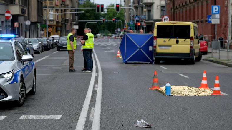 Służby na miejscu śmiertelnego wypadku u zbiegu ulic Mickiewicza i Stawowej