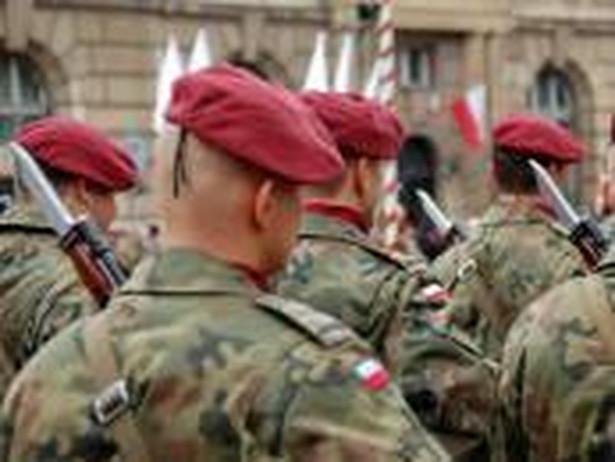 Podwyżki dla żołnierzy Przede wszystkim podwyżki: żołnierze ostatnio dostali je w lipcu 2012 roku. Bronisław Komorowski na zakończenie swojego urzędowania podpisał rozporządzenie w sprawie określenia wielokrotności kwoty bazowej stanowiącej przeciętne uposażenie żołnierzy zawodowych. Zgodnie z rozporządzeniem od stycznia 2016 r. wzrośnie wskaźnik kwoty bazowej z 2,82 do 2,95. Dzięki temu przeciętne uposażenie żołnierza zawodowego będzie wyższe od obecnego o ponad 200 zł (4493 zł). Teraz premier musi dokument kontrasygnować, a podział środków należy do ministra obrony narodowej. Tomasz Siemoniak już poinformował, że na podwyżki dla służb podległych resortowi obrony przeznaczy w przyszłym roku 340 milionów złotych. 215 milionów będzie przeznaczone na wzrost wynagrodzeń żołnierzy, oraz funkcjonariuszy wywiadu i kontrwywiadu. 125 milionów trafi na podwyżki dla pracowników cywilnych wojska. >>Czytaj też: Żołnierze kontraktowi idą na wojnę z MON. TK rozstrzygnie, czy mogą służyć w armii dłużej niż 12 lat