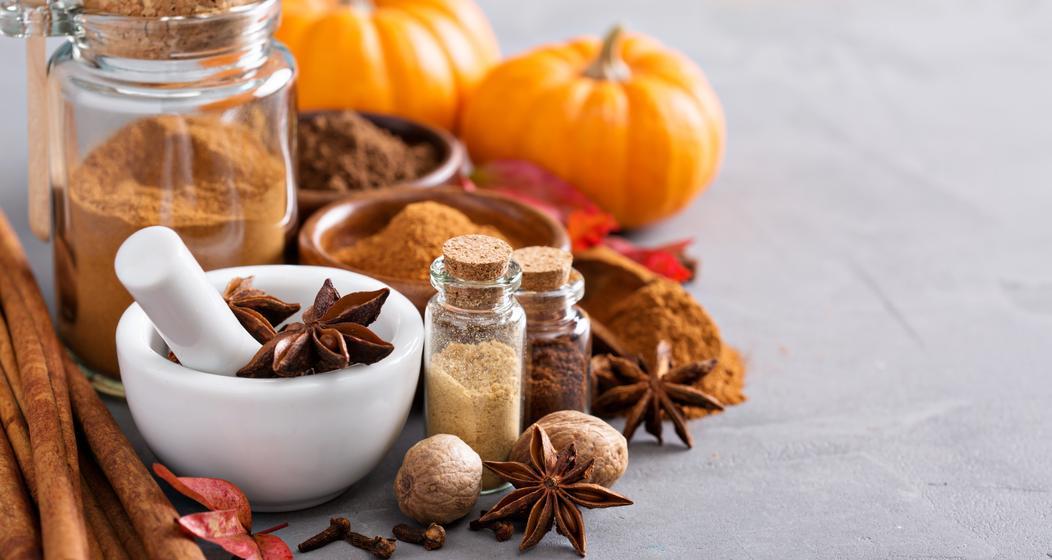 Pumpkin Spice ist würzig und sehr vielseitig und kann zum Beispiel zum Verfeinern von Latte Macchiato verwendet werden.