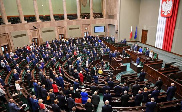 Edyta Kubik złożyła we wtorek w Sejmie ślubowanie poselskie; nowa posłanka objęła mandat po zmarłym marszałku seniorze Kornelu Morawieckim.