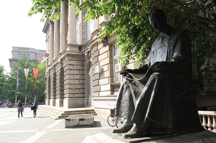 Spomenik Nikoli Tesli isprede ETF-a
