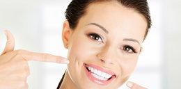 Naturalnie białe zęby bez drogich zabiegów. Prosty sposób