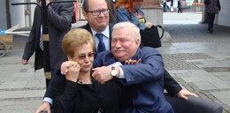 Wałęsa tuli żonę i tablet! Na ulicy!