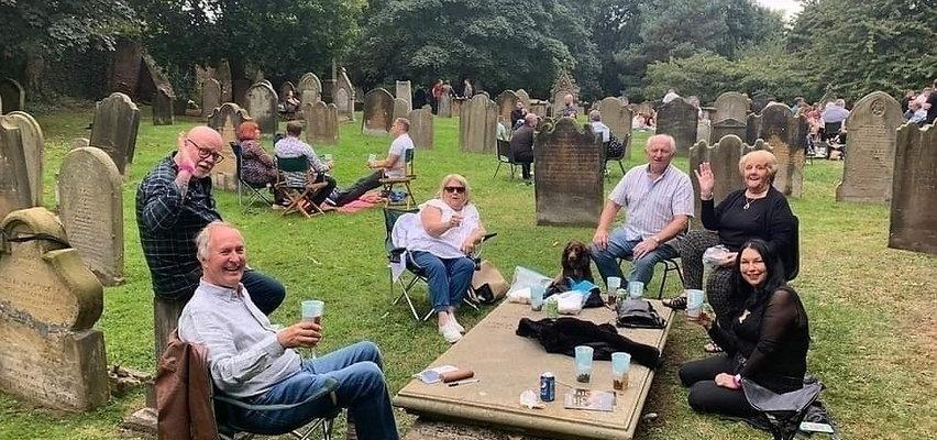 Zorganizowali festiwal piwa na... cmentarzu! Nagrobki służyły za stoliki