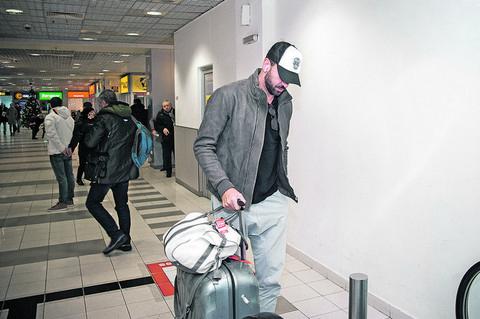 Pokušao je neopaženo da dođe u Beograd, ali naš paparaco ga je primetio na aerodromu!
