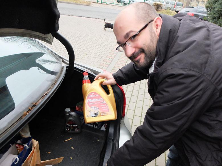 W bagażniku dwie bańki oleju i... prostownik. Sprawdzamy więc poziom oleju: niski – silnik powinien obejrzeć fachowiec. Akumulator – stary, a to oznacza, że zużyty. Wydatek!