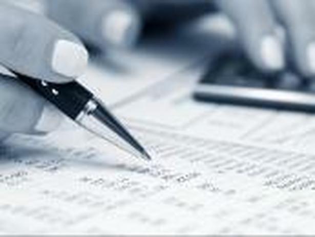 Podatnik dokonujący obliczeń. Fot. Shutterstock