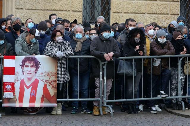 Narod na ulicama Vićence tokom oproštaja od Paola Rosija