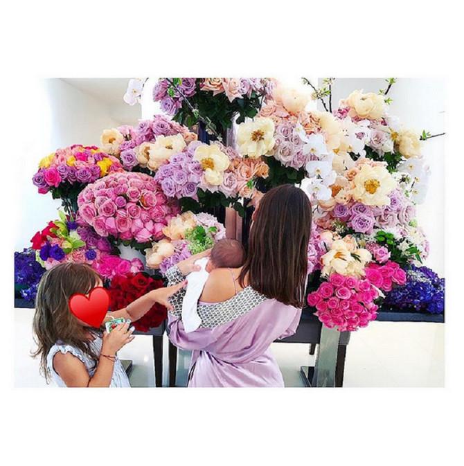 Anja Valente sa ćerkama Kasiom Ginzom i Indijom Rouz
