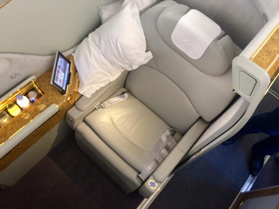 Fotele są jeszcze wygodniejsze niż w klasie biznes, również rozkładają się całkowicie, tworząc wygodne łóżko.