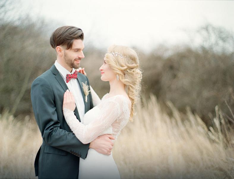 Subtelna sesja ślubna z niecodziennym tłem traw