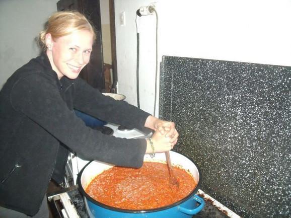 Fabian iz Nemačke pomogla je oko kuvanja ajvara