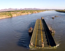 BI: Amerykańscy żołnierze w ekspresowym tempie budują most na rzece