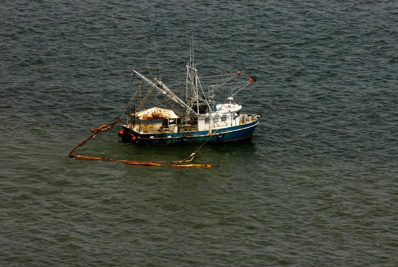 Katastrofa w Zatoce Meksykańskiej: Grand Isle, Louisiana, USA. Niedaleko Grand Isle statek rybacki zbiera ropę z powierzchni wody. Wcześniej miejscowi rybacy łowili krewetki, teraz zbierają ropę. Foto: Derick E. Hingle/Bloomberg