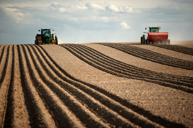 Francuscy rolnicy blokują drogi. Protestują przeciwko preferowaniu przez UE żywności ekologicznej
