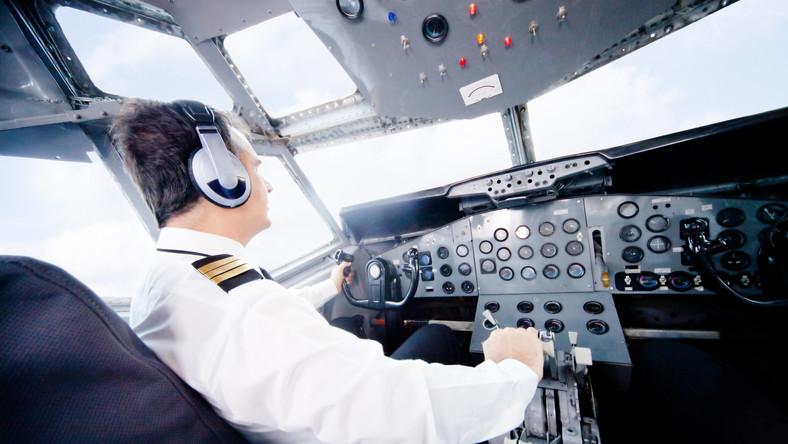 Pilot za sterami samolotu