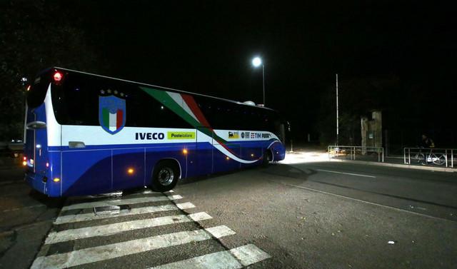 Fudbalska reprezentacija Italije napušta stadion u Milanu posle eliminacije u baražu