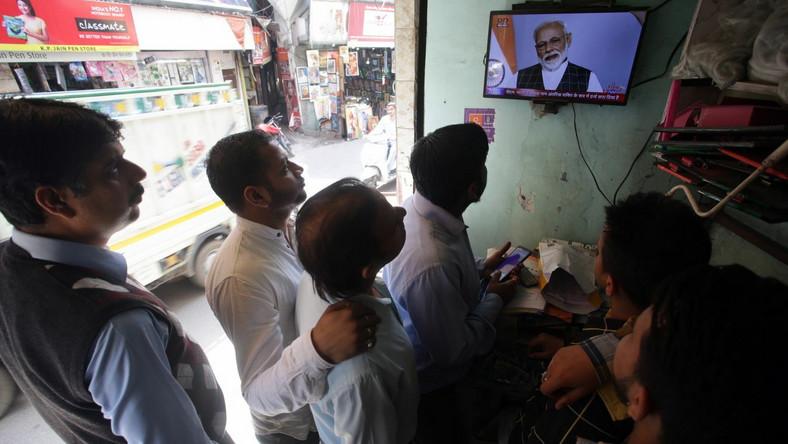 Mieszkańcy Indii oglądają wystąpienie premiera