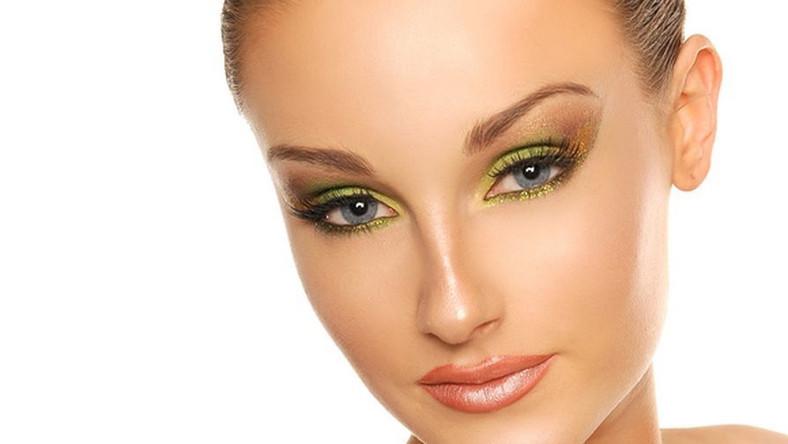 Limonkowy to jeden z najmodniejszych odcieni zeszłego sezonu. Został ogłoszony Kolorem Roku 2011 przez zespół Colour Futures marki Dulux. Kojarzy się z rozkwitem i świeżością, będzie więc doskonałym kolorem makijażu na sezon wiosna 2012. Tym bardziej, że pasuje do niemal każdego typu urody! Oto instrukcja wykonania limonkowego makijażu, krok po kroku – według instrukcji wizażystki Anety Kacprzak