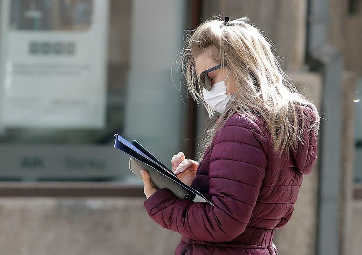 kuckanje poruka dok se ceka red ispred banke 270320 foto Nenad Pavlovic 001