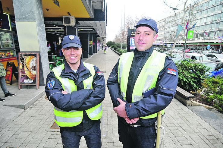 Novi Sad 70 Nenad Ljubisic i Milan Vlaisavljevic policajci koji su uhvatili lopova decijih paketica foto Robert Getel
