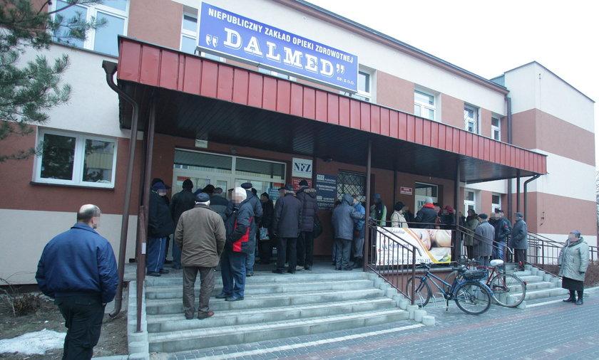 Kolejka do rejestracji w przychodni przy Dalekiej w Kielcach