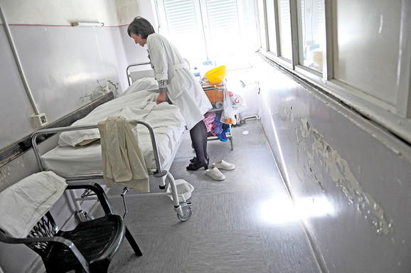 Klinika za infektivne bolesti: oljušten malter, buđ u kupatilima i dotrajale cevi