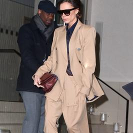 Victoria Beckham w beżowej stylizacji
