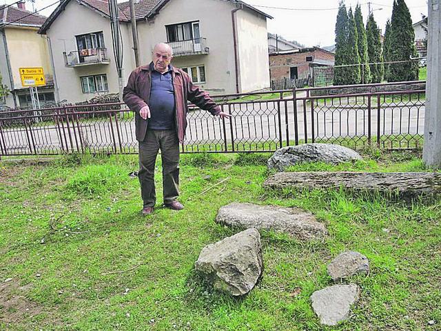 Veličko Ilić u dvorištu škole u Peckoj, gde se nalazio pravi kamen