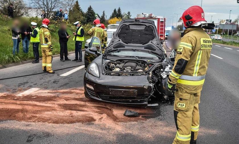 W Lesznie roztrzaskały się dwa luksusowe samochody.