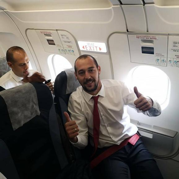 Zvezdin golman Milan Borjan u avionu kojim su crveno-beli stigli u Liverpul