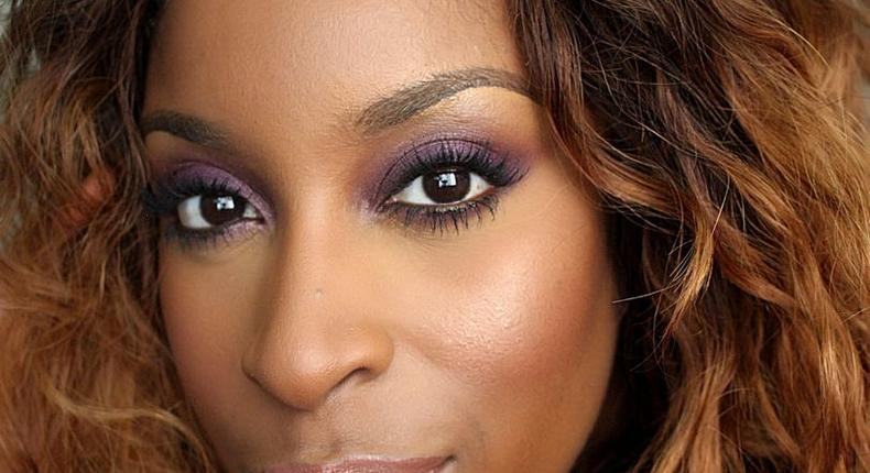 Beauty blogger Jackie Aina blends her eyeshadow perfectly