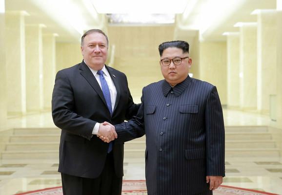 Majk Pompeo i Kim Džong Un