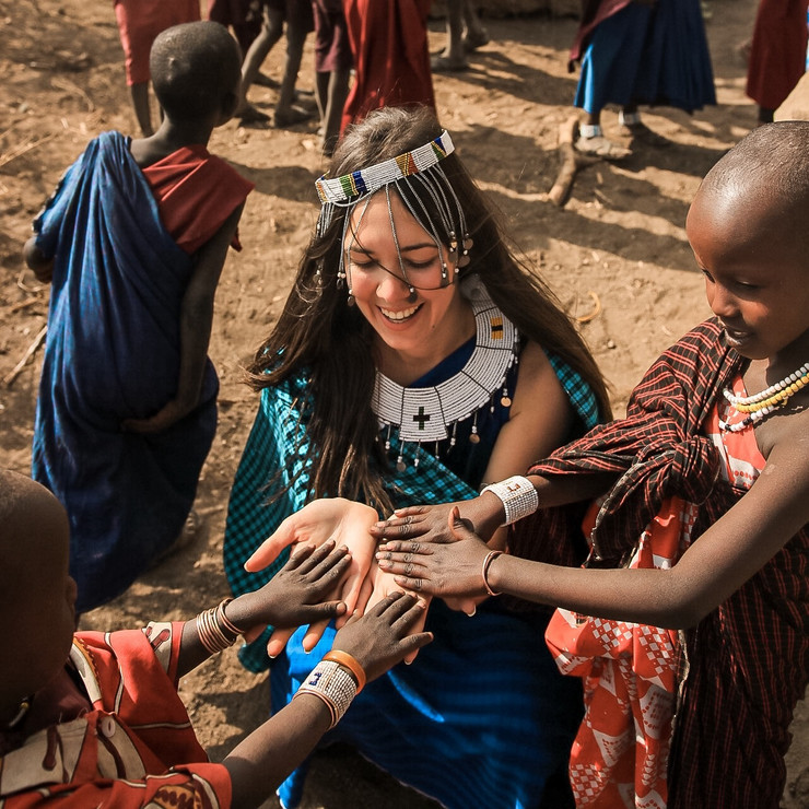 Dijana Kocić sa decom u Masai selu Engaruka