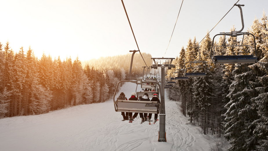 Właściciel hotelu zamiast pokoi wynajmuje schowki na narty