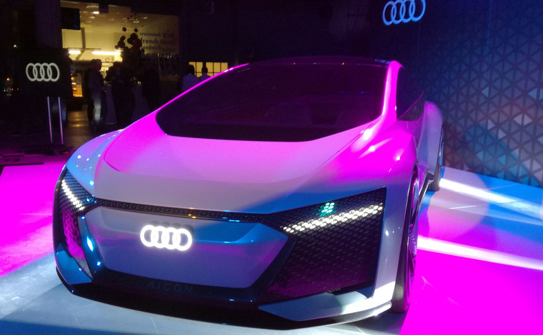 Audi Aicon robi wrażenie wymiarami – długość 5444 mm, szerokość 2100 mm i wysokość 1506 mm – plasują je na górnej półce, w segmencie D. Rozstaw osi wynosi 3470 mm, czyli o 240 mm więcej niż w nowym Audi A8 w wersji wydłużonej