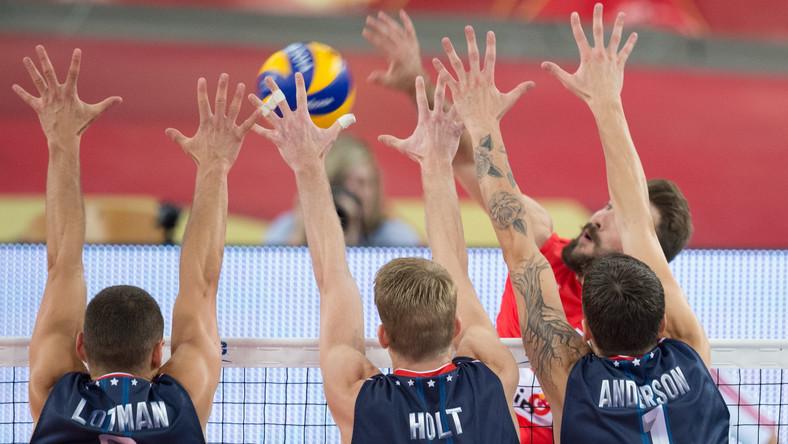 Serb Nikola Kovacevic (P) oraz Amerykanie Paul Lotman (L), Maxwell Holt (2L) i Matthew Anderson w meczu grupy E mistrzostw świata siatkarzy w Łodzi