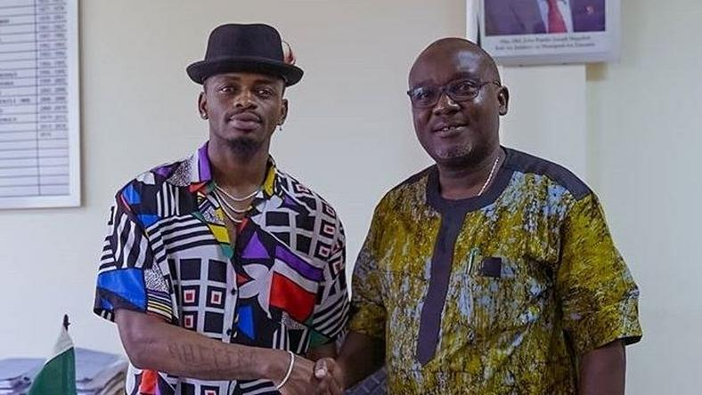 Diamond with Mwanza PC John Mongella. Diamond Platnumz's reaction after Alikiba agreed to work with Wasafi