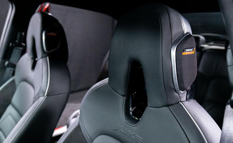 """Bajer znany z Micry, czyli system audio Bose. Jego niezwykłość polega na dwóch głośnikach wbudowanych w zagłówek fotela kierowcy - w ocenie konstruktorów mają one zapewnić """"wrażenie zanurzenia w dźwięku"""""""