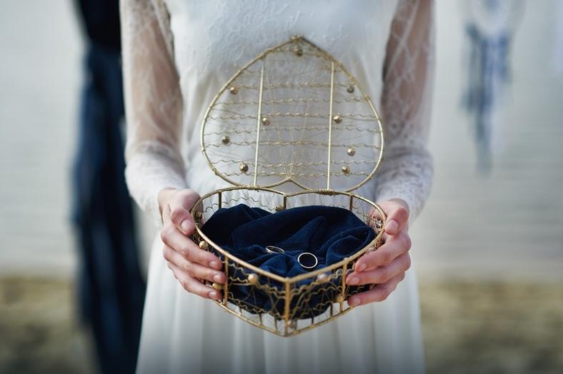 Ślub na plaży w odsłonie granatowego aksamitu