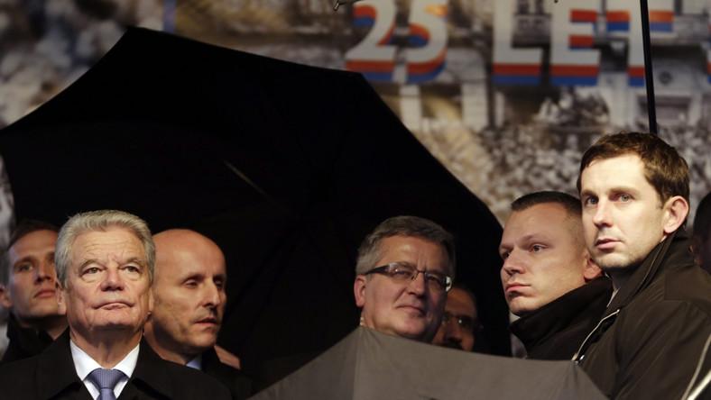 Od rana w całej Pradze trwają demonstracje przeciwko Miloszowi Zemanowi. Przeciwnicy prezydenta wychodzą na ulicę dokładnie w 25 lat po manifestacji, która zapoczątkowała aksamitną rewolucję. Przyszli też na uroczystość odsłonięcia pamiątkowej tablicy przez prezydentów Polski, Czech, Słowacji, Węgier i Niemiec. To nie jest mój prezydent. Ja nigdy nie chciałem, aby taki człowiek reprezentował Czeską Republikę - mówił Polskiemu Radiu jeden z manifestujących.