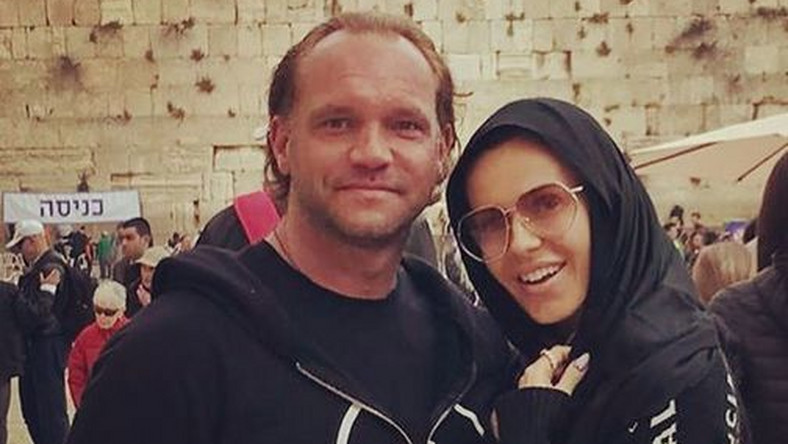 Wyprawa Dody i Emila zaczęła się dość niefortunnie, bowiem po wyjściu z samolotu okazało się, że piosenkarka opłaciła hotel nie w Izraelu, a w Jordanii.