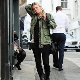 Kate Moss z papierosem i pierścionkiem zaręczynowym!