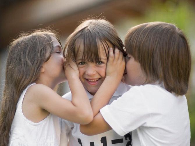 Socijalna interakcija nastaje između četvrte i pete godine. Uz igru i maštu, ali i uz pomoć logopeda ako je potrebno, pomozite deci da razviju pravilan govor
